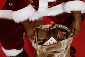 På Loftet Sidder Nissen Med Sin Julegrød